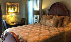 Queen bed with table and chairs